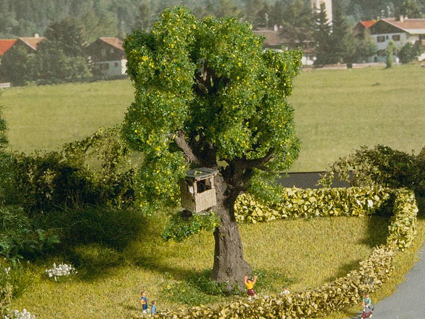 Décoration miniature : Arbre avec cabane - 1:160 N - Noch 21766