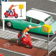 Personnage miniature : Dame avec scooter, postant une lettre - 1:87 HO - Bush 7886