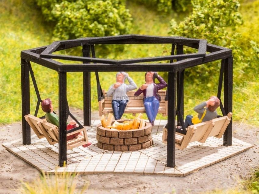 Décor miniature : Aire de barbecue avec balançoires - 1:87 HO - Noch 14369